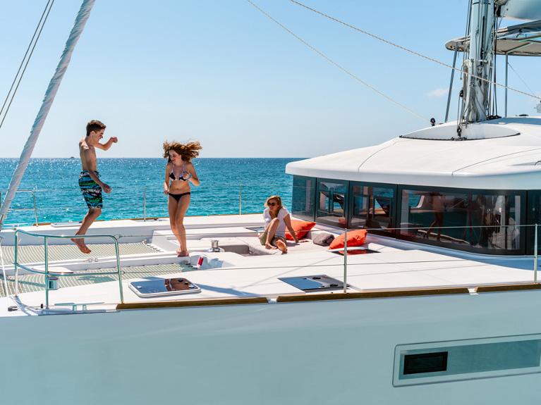 http://www.blue-sails.com/jacht/Lagoon52